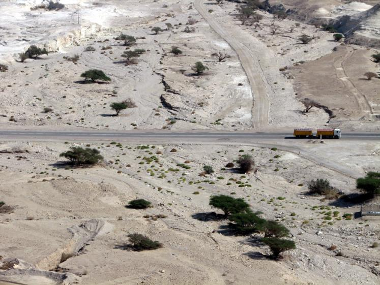 World Travel Photos :: Roads :: Israel - Negev desert - a photo with a truck