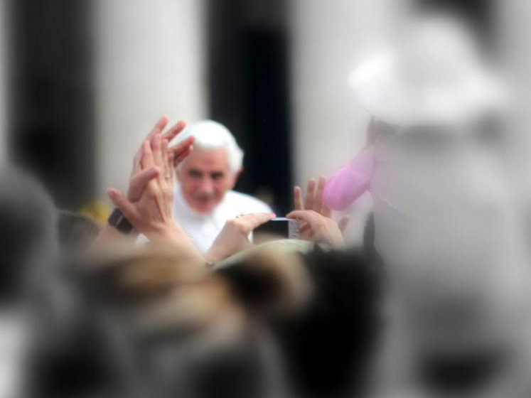 World Travel Photos :: Interesting perspectives :: Vatican. People are waving to Pope Benedict XVI