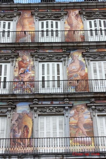 World Travel Photos :: Interesting unusual buildings :: A painted building in Seville