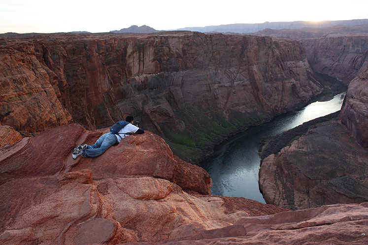 World Travel Photos :: Sunset Hunters :: Arizona. A photographer is taking pictures of Horseshoe Bend