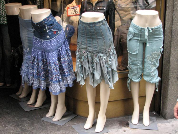 World Travel Photos :: Shop-Windows  :: New York City. Buy a skirt!